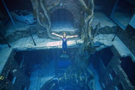 Самый глубокий бассейн в мире открылся в Дубае. В нем есть подводный город