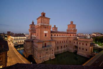 Замок Эстенсе (Castello Estense) в Италии