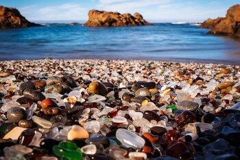 Стеклянный пляж Калифорнии: победа природы над мусором человека